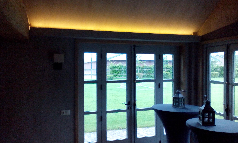 indirecte sfeervolle verlichting in tuinhuis
